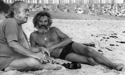 1973-Vinicius-de-Moraes-e-Georges-Moustaki-Compositor-conversam-na-areia-da-praia