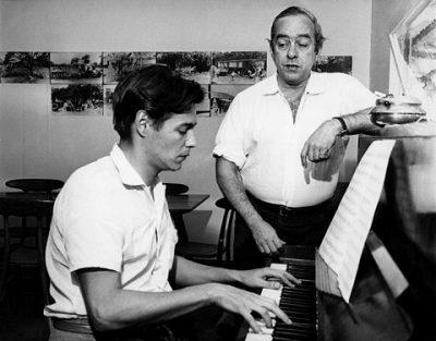 Um jovem Tom Jobim, ao piano, e Vinicius de Moraes