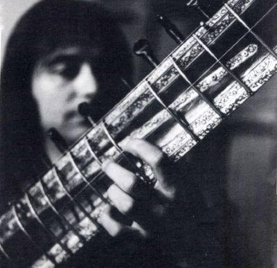 smash spanish rock band Gualberto playing sitar