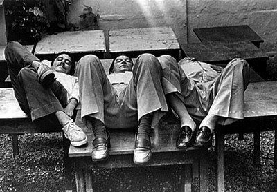 Chico Buarque+Tom Jobim+Vinicius laying down on a bench
