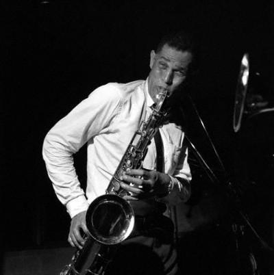 dexter gordon playing saxo