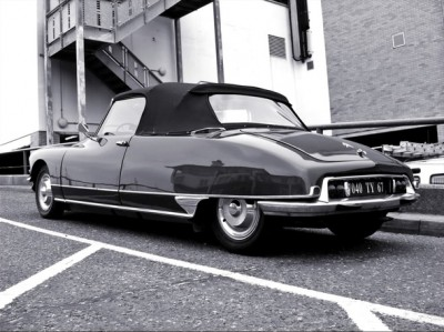 The Citroën DS was introduced at the Grand Palais exhibition centre in Paris in 1955 back sided view tiburon desde atras