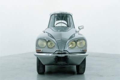 Artist Grabriel orozco Gabriel Orozco's Citroën DS sliced lengthwise into three long pieces, then reassembled without the middle part. La D.S., 1993, is a classic of the 90's art.