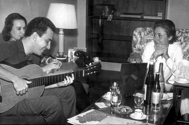 joai gilberto playing guitar with Miucha.