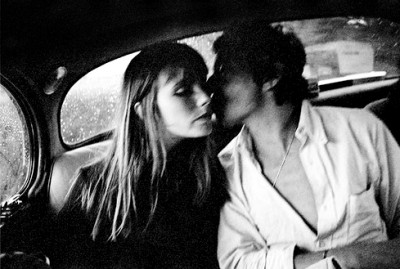 jane birkin and serge gainsbourg in the back seat of a car kissing