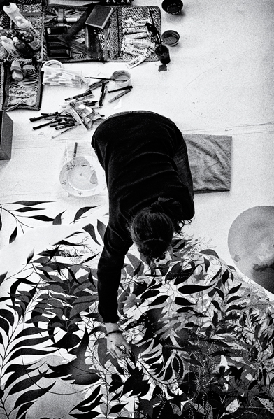 portrait of the artist Nuria mora at work in his studio. Madrid, Spain by phographer juan barte. retrato de la artista nuria mora en su estudio de madrid por el fotografo juan barte