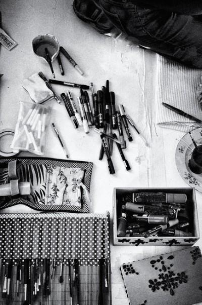 portrait of the artist Nuria mora at work in his studio. Madrid, Spain by phographer juan barte. retrato de la artista nuria mora en su estudio de madrid por el fotografo juan barte