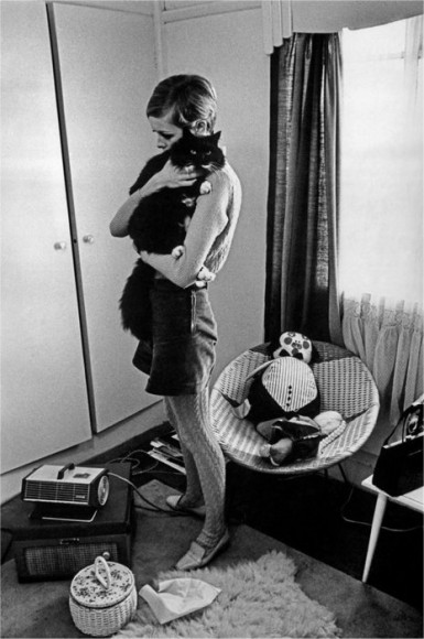 twiggy and her pet cat at her apartment london