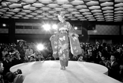 twiggy wearing a kimono, japan