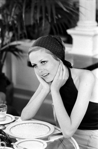 twiggy having luch at a restaurant