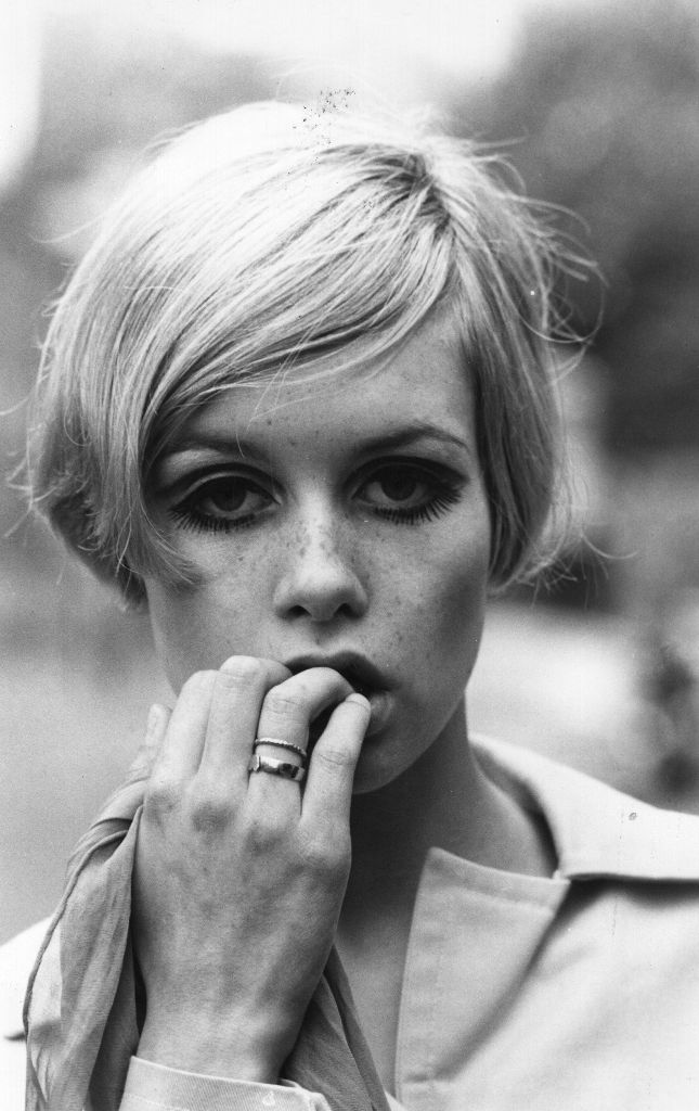 TWIGGY - FORMIDABLE MAG - Best photo collection & short Bio