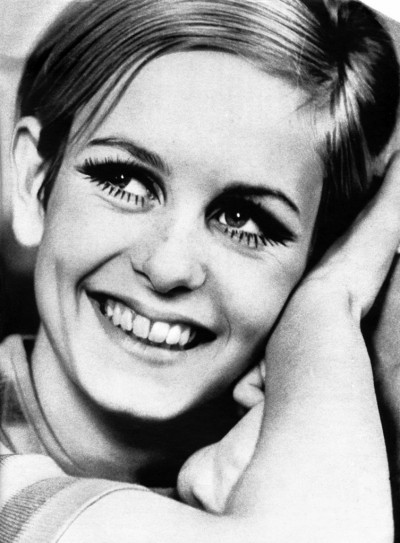twiggy smiling in a fashion sooting in the 60s