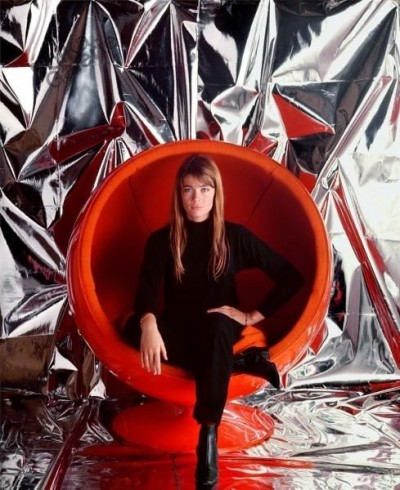 020_francoise_hardy_red egg chair