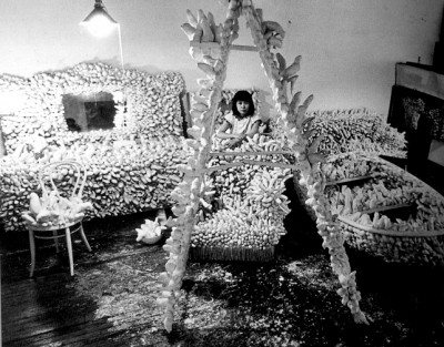 kusama-in-her-studio-1963-acumulation room