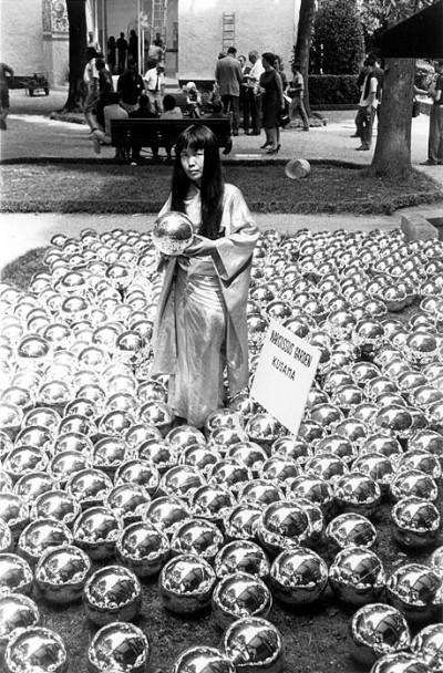 Narcissus-Garden-full yayoi kusama,japan,new york,60s,sixties,art,avantgarde,happening,performance,pop,art,fashion,mod,nudity,alice,wonderland,dots,pennis,abstract,expresionism,formidablemad, Yaoyi, Kusama, Japan, New York, 60er Jahre, 60er Jahre Kunst, Avantgarde, geschieht, Leistung, Pop, Kunst, Fashion, mod, Nacktheit, Alice Wunderland, Pennis, abstrakt, Expresionism