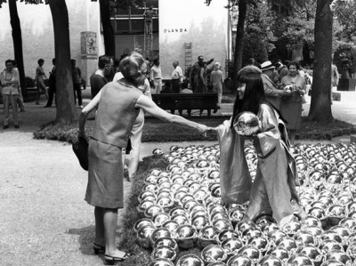 Narcissus Garden installation at the 1966 Venice Biennale-yayoi-kusama-japanese-artist-07-h