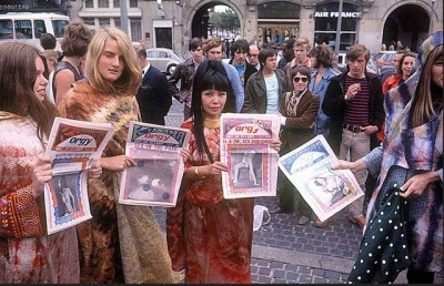 yayoi-Kusama selling her art periodical orgy in the streets of new your 1960s