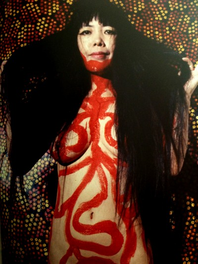 yayoi kusama body painting red lines