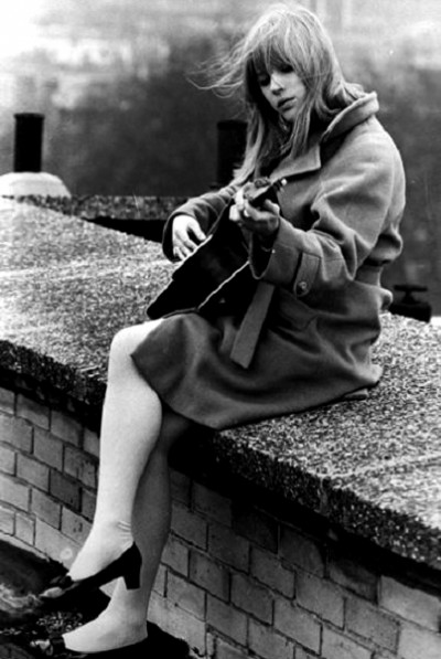 marianne faithful,60s style icon, rock,formidable magazine ,actress,pop music,musique, chica yeye guitar