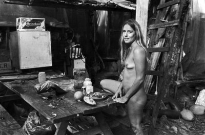 0_Taylor_camp_hawaii_hippy_hippies-hawaii-girl nude next to a dinning table