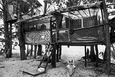 2_Taylor_camp_hawaii_hippy_small girl posing in a tree house