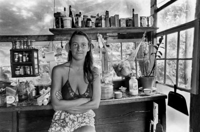 8_Taylor_camp_hawaii_hippy_hippies-hawaii-girl posing in the camp's groerystore