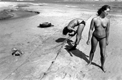 9_Taylor_camp_hawaii_hippy_camp taylor two women picking shells on the beach