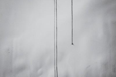foto del estudio de la artista carmen la griega del fotografo Barte, gotas de ointura resbalando por un papel en la pared