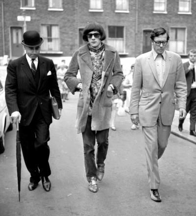 stash de rola walking down the street with Sir David Napley and Rolling Stones chauffeur Tom Keylock