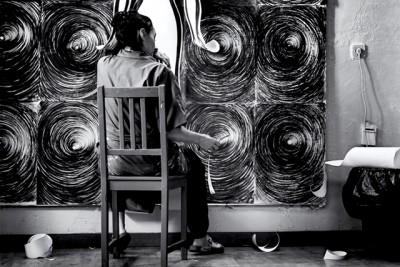 carmen la griega artista pintando tranajando en su estudio en madrid