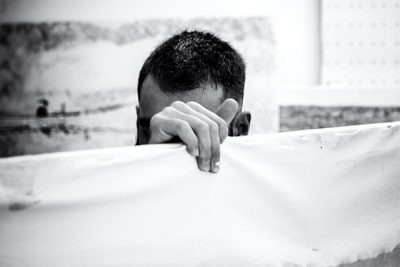 fotografia de juan barte al artista alejandro bombin en su estudio
